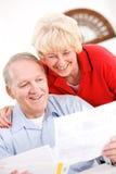 Pensionärer: Lyckligt att betala av räkningar Royaltyfria Bilder