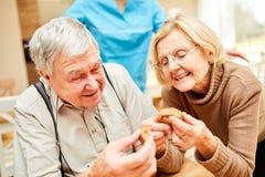 Pensionärer med demens spelar ett pussel arkivbilder