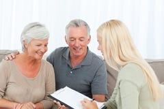 Pensionärer med den hemmastadda doktorn Royaltyfria Bilder