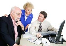 Pensionärer med revisorn Royaltyfri Bild