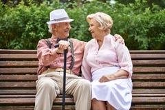 Pensionärer på bänk Arkivfoton