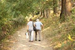 Pensionärer på en gå dag Arkivfoto