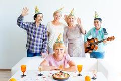 Pensionärer på ett födelsedagparti royaltyfria foton