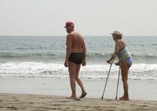 Pensionärer på stranden Arkivfoto