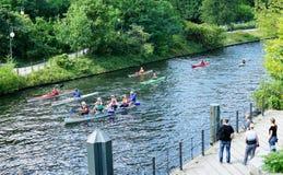 Pension?rer paddlar kanoten i centrala Berlin Germany - Augusti 2016 royaltyfria foton