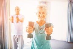 Pensionärer som använder vikter Royaltyfri Bild