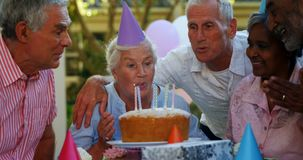 Pensionärer som firar en födelsedag 4k stock video