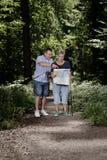 Pensionärer som går fotvandra att strosa i skogfritid arkivfoto