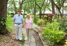 pensionärer som går tillsammans Arkivbilder