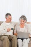 Pensionärer som köper något på internet 库存照片