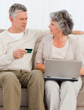 Pensionärer som köper något på internet 免版税库存照片