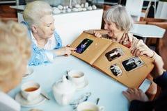 Pensionärer som kopplar av i kafé fotografering för bildbyråer