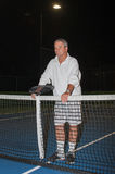 Pensionärer som spelar tidlös tennis Arkivfoton