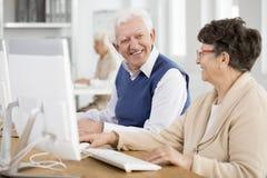 Pensionärer som talar och ler Royaltyfria Foton