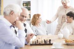 Pensionärer som tillsammans spenderar tid royaltyfri foto