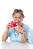 Pensionärfrau mit Einsparungen - ältere Frau lokalisiert auf weißem BAC Lizenzfreies Stockfoto