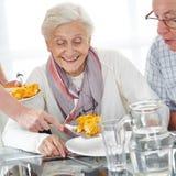 Pensionärpar som äter lunch arkivbild