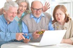 Pensionärpar som har gyckel Arkivfoto