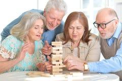 Pensionärpar som har gyckel arkivfoton