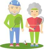 pensionärpar som spelar badminton Arkivfoto