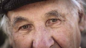 Pensionärstående, ledsen äldre man som ser kameran stock video