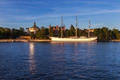 Pension de bateau de navigation à Stockholm sur le coucher du soleil Photos libres de droits