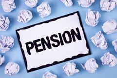 Pension des textes d'écriture de Word Le concept d'affaires pour des aînés de revenu gagnent après que la retraite économise pend Photos libres de droits