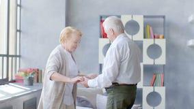 Pensionamento attivo ed attività di svago, ballo felice di una coppia anziana archivi video