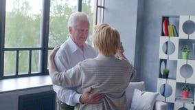 Pensionamento attivo ed attività di svago, ballo felice di una coppia anziana stock footage