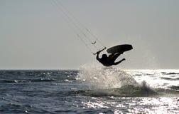 Pensionante del cervo volante che salta sull'oceano Fotografia Stock