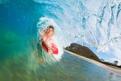 Pensionante del corpo che pratica il surfing l'onda di oceano blu Fotografie Stock Libere da Diritti