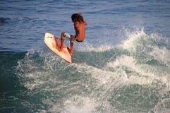 Pensionante incomparabile di boogie che sta sul bordo e che pratica il surfing, spiaggia di EL Zonte, El Salvador Immagine Stock Libera da Diritti