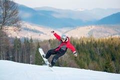 Pensionante maschio sul suo snowboard alla località di soggiorno del winer Fotografia Stock Libera da Diritti