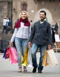 Pensionati con i sacchetti della spesa sulla via della città Fotografia Stock