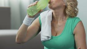Pensionato femminile che prende respirazione profonda ed acqua potabile, posizione attiva di vita archivi video