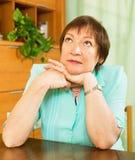 Pensionato femminile con il fronte triste nella casa Fotografie Stock Libere da Diritti