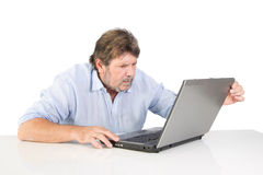 Pensionato irritato con il suo computer Fotografie Stock