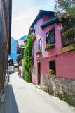 Pensione tipica coperta nel villaggio di Hallstatt Immagini Stock Libere da Diritti