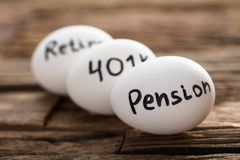 Pensionera 401K och avgå skriftligt på vita ägg arkivfoton