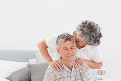 Pensionerad kvinna som ger en massage 免版税库存照片