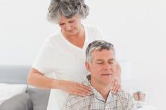 Pensionerad kvinna som ger en massage 免版税库存图片