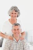 Pensionerad kvinna som ger en massage 库存照片