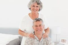 Pensionerad kvinna som ger en massage 库存图片