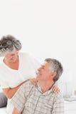Pensionerad kvinna som ger en massage till henne makan 库存照片