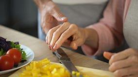 Pensionerad kvinna som klipper nya grönsaker som älskar den kyssande frun för make, mjukhet stock video