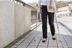 Pensionerad kvinna som tycker om promenad royaltyfri bild