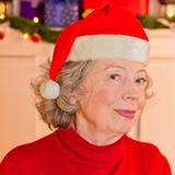 Pensionerad kvinnafaderChristmas hatt Fotografering för Bildbyråer