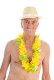 Pensionerad man på stranden Arkivbild