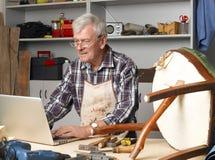 Pensionerad manstående Fotografering för Bildbyråer