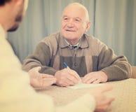 Pensionerad och social anställdpåfyllningsform Arkivfoton